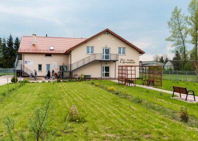 Dom Seniora w otoczeniu zieleni